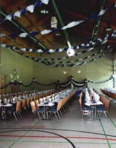 Halle für festliche Veranstaltung eingerichtet